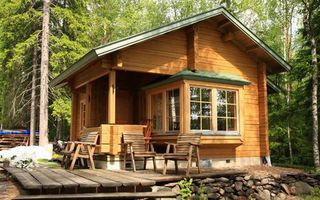 Фото бесплатно дом, загородний, деревянный, лес, деревья, листья, трава, крыша, окно, стулья, камни, город, природа