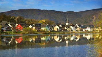 Бесплатные фото дома,река,вода,горы,деревья,трава,город