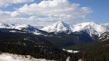 Бесплатные фото лес,деревья,горы,снег,облака,небо,голубое