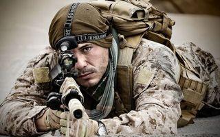 Обои солдат, воин, автомат, выстрел, форма, одежда, перчатки, рюкзак, глаза, мужчины