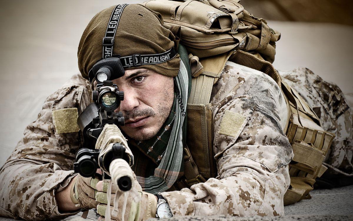 Фото бесплатно солдат, воин, автомат, выстрел, форма, одежда, перчатки, рюкзак, глаза, мужчины, мужчины