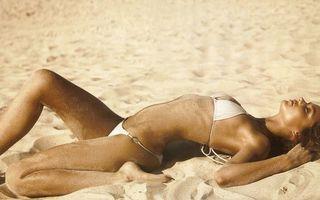 Бесплатные фото девушка,купальник,пляж,песок,в песке,загорает,позирует