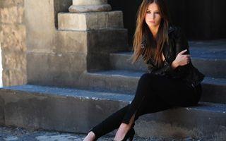 Заставки девушка, модель, фото, брюки, туфли, прическа, волосы