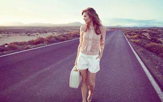 Обои дорога, шоссе, путь, идет, молодая, чемодан, шорты, русые, волосы, прическа, взгляд, пустыня