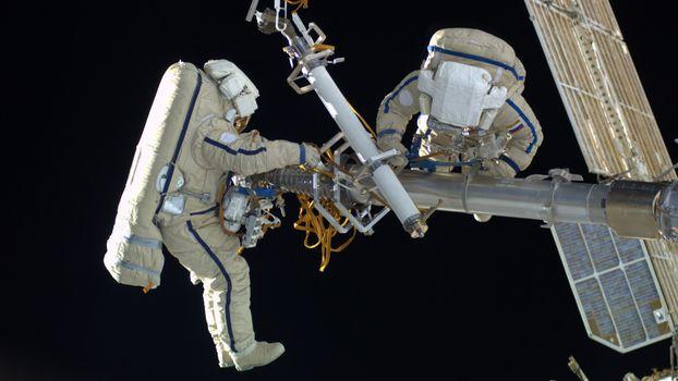 Бесплатные фото космонавты,два,ремонт,костюмы,станция,небо,космос