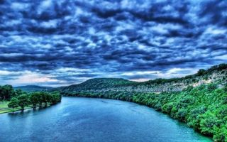 Фото бесплатно небо, тучи, непогода, деревья, парк, лес, листья, крона, кора, река, озеро, вода, лучи, природа, пейзажи