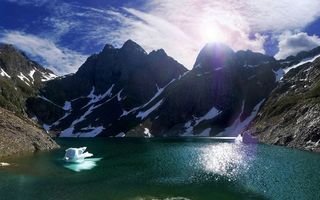 Фото бесплатно озеро, горы, холмы, вершины, снег, лед, небо, облака, солнце, пейзажи