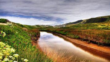 Бесплатные фото река,холмы,трава,цветы,небо,тучи,природа