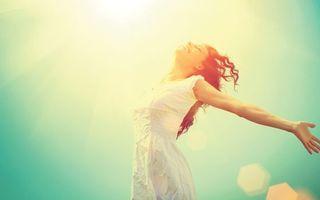 Бесплатные фото шатенка,улыбка,платье,белое,солнце,яркое,девушки
