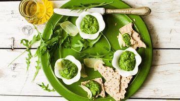 Фото бесплатно тарелка, зеленая, нож, соус, хлеб, стакан, еда