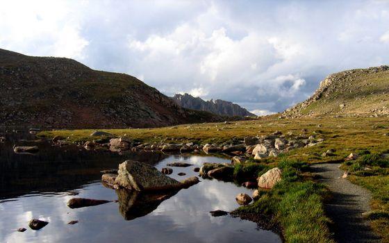 Заставки вода,трава,озеро,рек,камни,горы,небо,природа