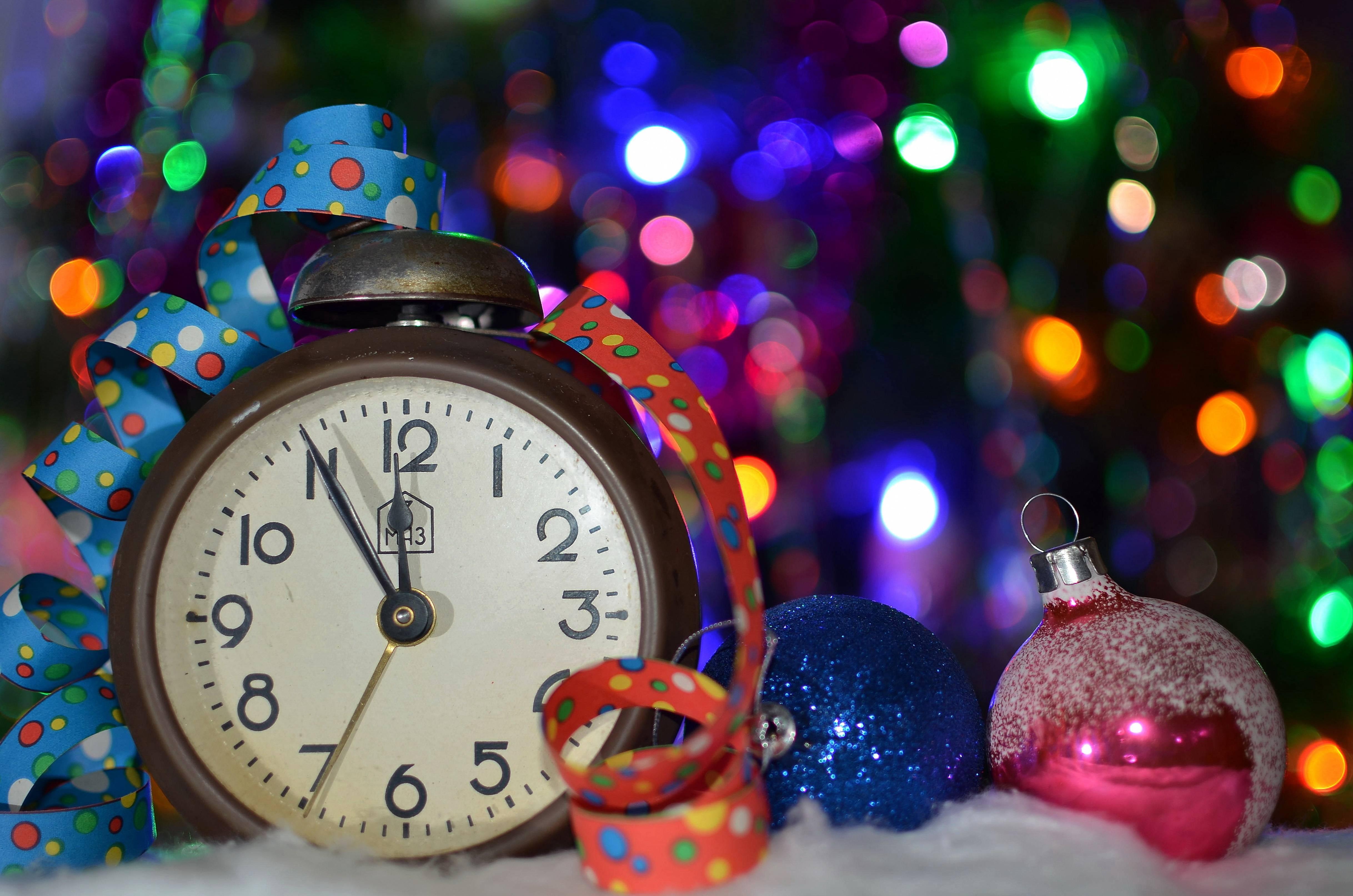 На экране ведется обратный цифровой отсчет времени до даты наступления нового года.