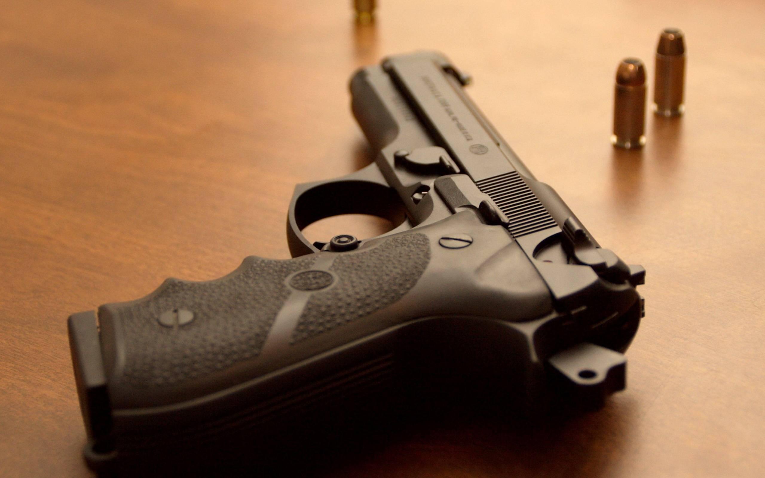 обои пистолет, патроны на столе картинки фото