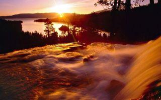 Бесплатные фото река,течение,водопад,бревна,деревья,холмы,закат