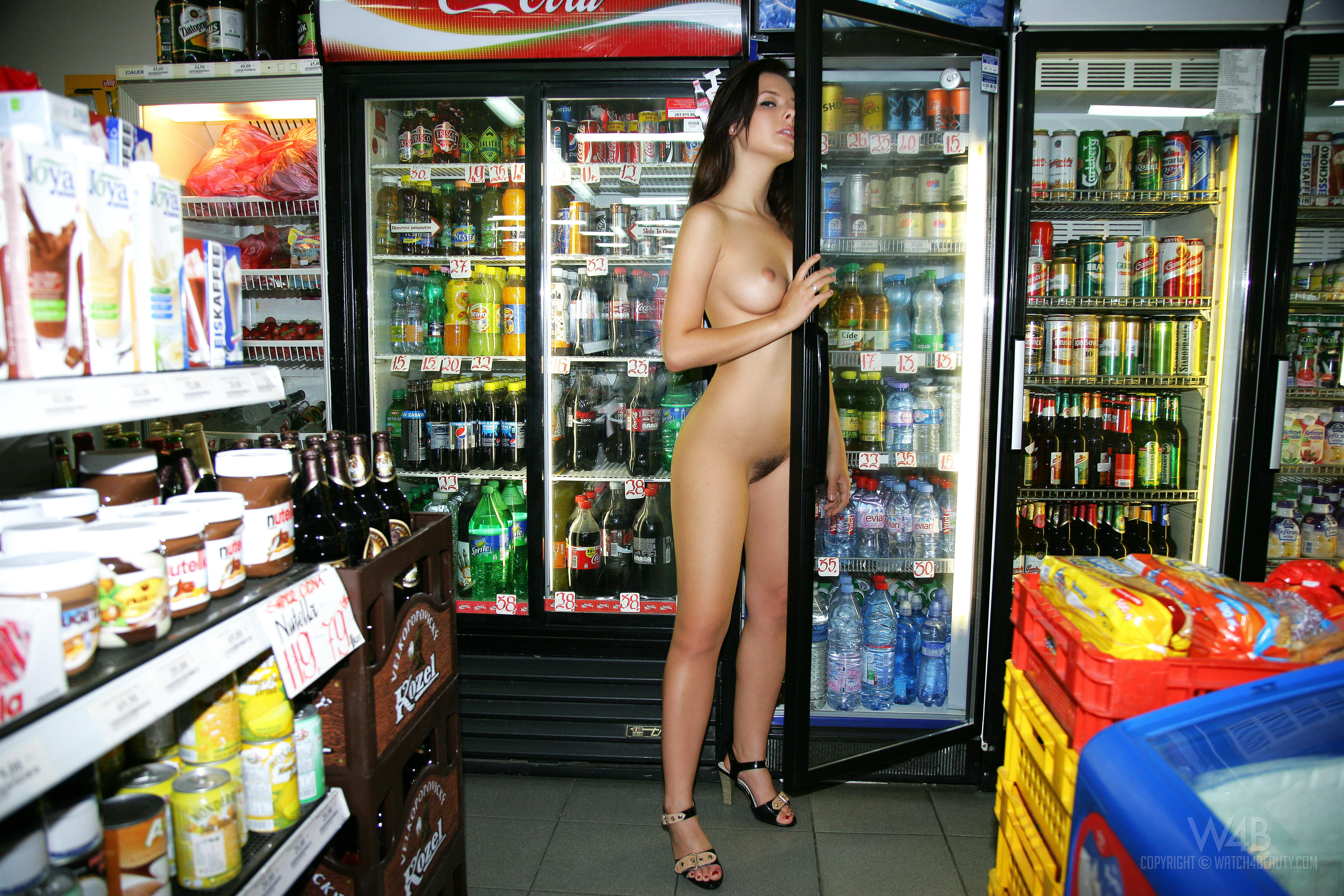 Молодых девок эротика в магазинах фото секс