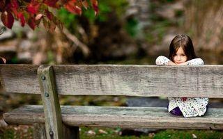 Бесплатные фото ребенок,девочка,сидит,платье,лавочка,скамейка