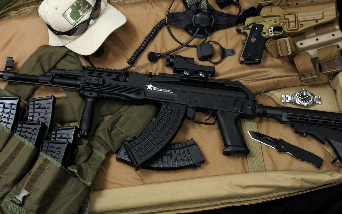 Фото бесплатно автомат, прицел, ствол, приклад, пистолет, нож, часы, разгрузка, магазины, оружие