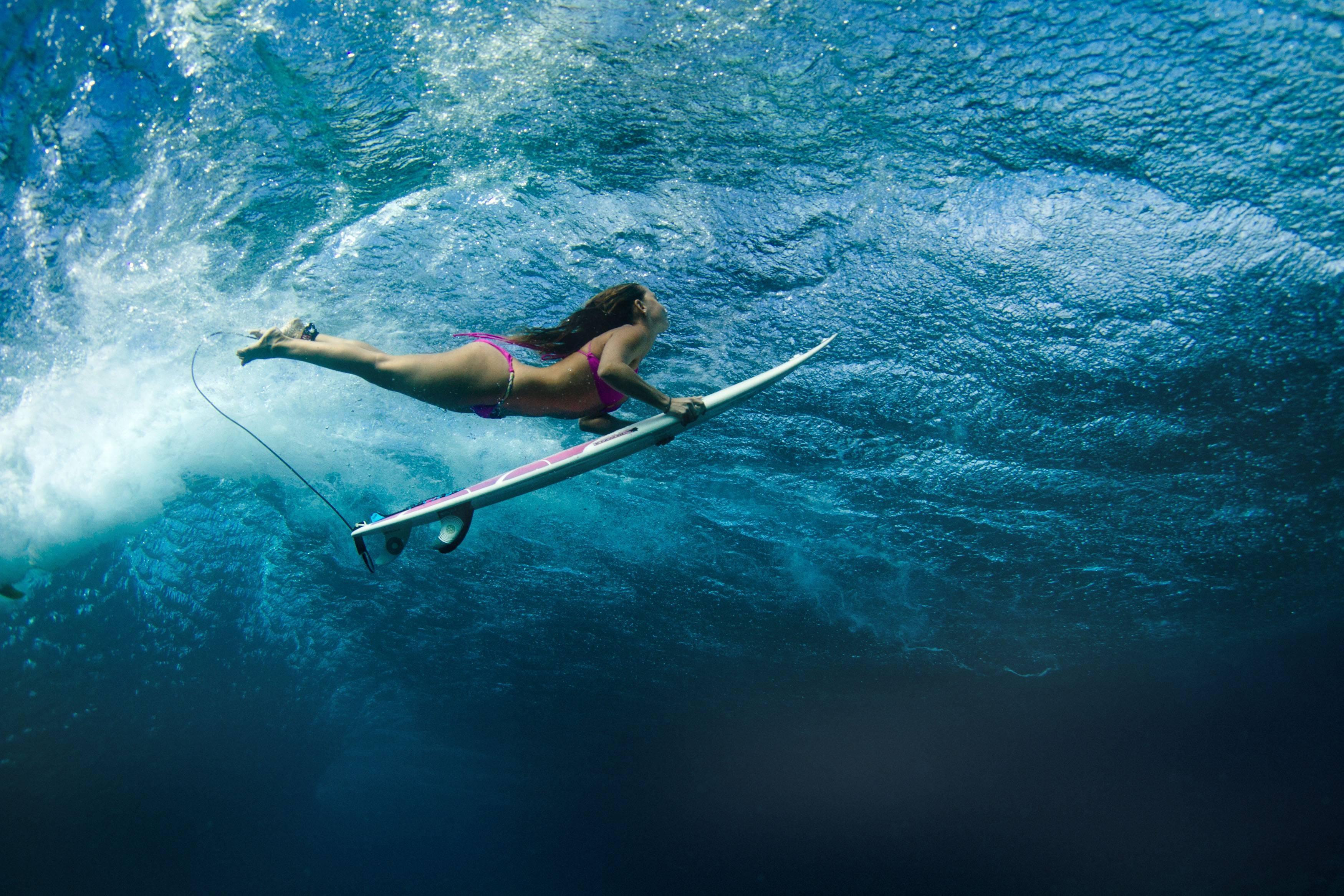 обои Серфинг, девушка, под волной картинки фото