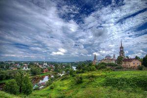 Бесплатные фото пейзаж,церковь,храм,река,дома,холмы,деревья