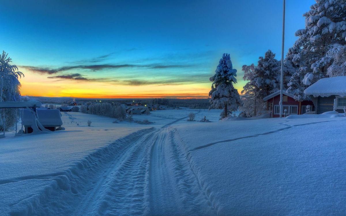 Фото бесплатно вечер, зима, дорога, следы, сугробы, дома, деревья, закат, пейзажи