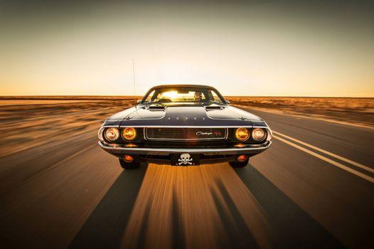 Фото бесплатно Dodge Challenger, muscle car, classic, трасса, пустыня, закат солнца, романтика
