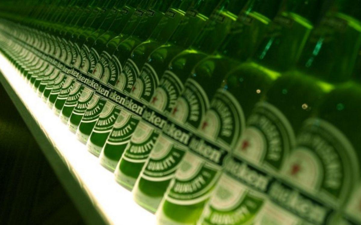 Фото бесплатно стеллаж, полка, бутылки, зеленые, пиво, хайнекен, напитки