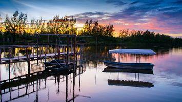 Бесплатные фото вечер,пристань,мостик,лодка,река,деревья,небо