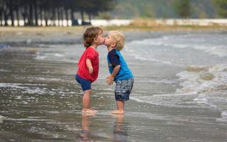 Фото бесплатно поцелуй, море, девочка, настроение, мальчик
