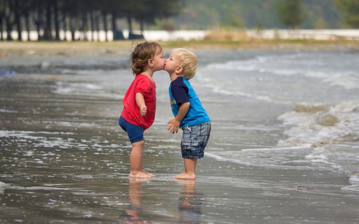 Обои поцелуй, море, девочка картинки на телефон