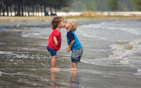 Бесплатные фото поцелуй,море,девочка,настроение,мальчик