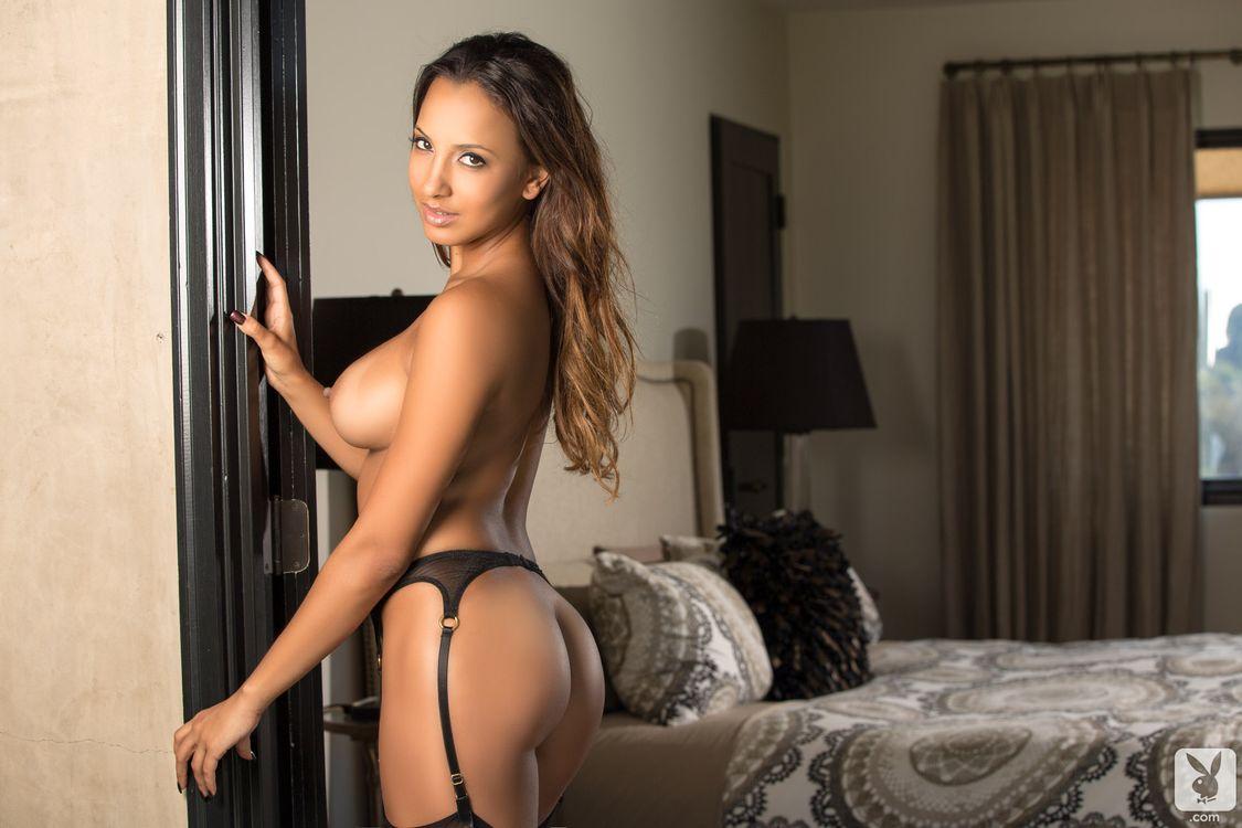 там сексуальная телка с красивыми ягодицами и грудью соблазняет чувака порно фото доступно