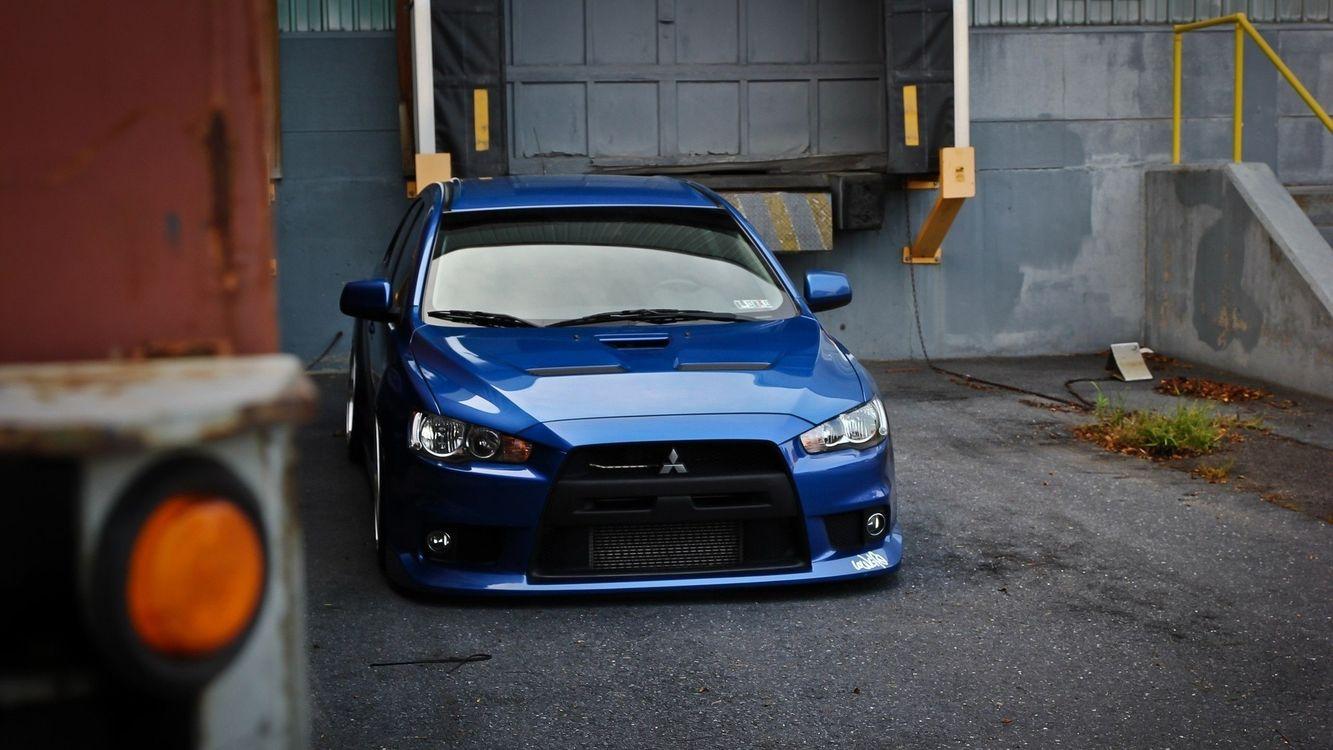 Обои автомобиль, спортивный, синий, дверки, стекло, багажник, асфальт, фары, решетка, диски, дом, здание, машины на телефон | картинки машины