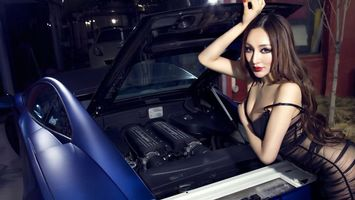 Фото бесплатно девушка, волосы, прическа, платье, руки, автомобиль, багажник, цвет, синий, девушки, машины