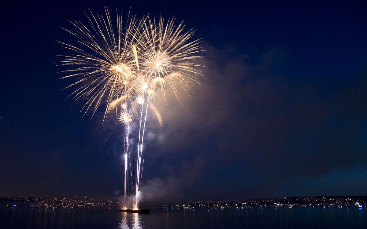 Фото бесплатно фейерверк, салют, залив, плот, город, огни, дома, вечер, разное, разное