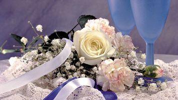 Обои гвоздики, розы, листья, стебель, шипы, ленточка, букет, бутон, салфетка, скатерть, бокалы, фужеры