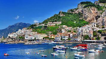 Обои италия, горы, деревья, лодки, яхты, море, вода, тепло, лето, пейзажи