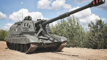 Фото бесплатно танк, зеленый, ствол, антенна, песок, деревья, облака, оружие