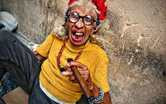 бабуля, жжет, сигара, очки, радость