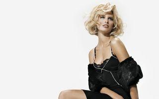Бесплатные фото блондинка,глаза,губы,сидит,платье,черное,девушки