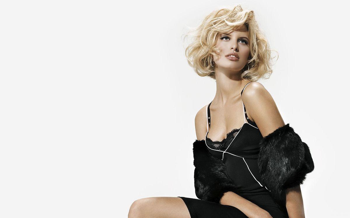 Фото бесплатно блондинка, глаза, губы, сидит, платье, черное, девушки, девушки - скачать на рабочий стол