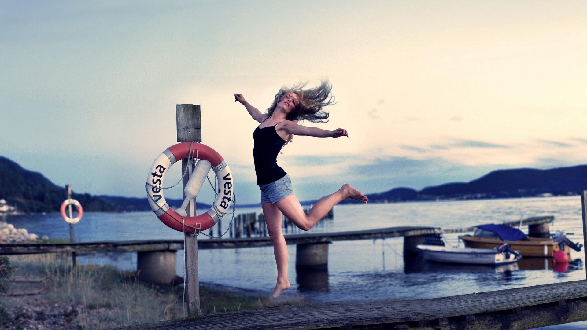 обои девушка, прыжок, шорты, пристань картинки фото