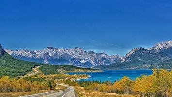 Бесплатные фото дорога,деревья,озеро,горы,вершины,снег,небо