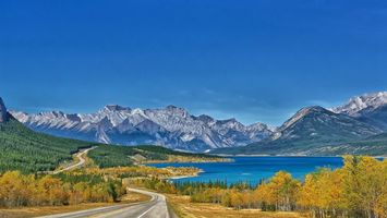 Фото бесплатно дорога, деревья, озеро, горы, вершины, снег, небо, пейзажи