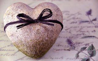 Бесплатные фото камень,сердце,мох,бантик,листок,цветы,макро