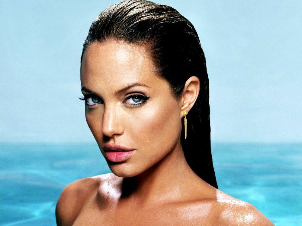 kinopoisk.ru-Angelina-Jolie-428459--w--1600.jpg?route=mid&h=750