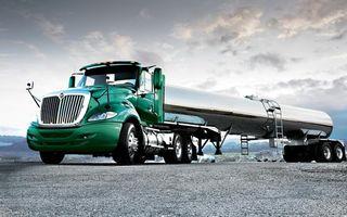 Фото бесплатно тягач, зеленый, цистерна, блестит, небо, облака, машины