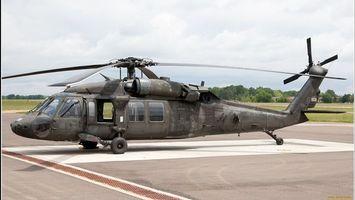 Бесплатные фото вертолет, военный, серый, лопасти, окна, площадка, деревья