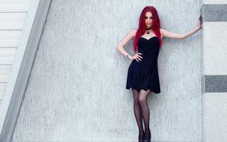 Бесплатные фото волосы,красные,глаза,губы,платье,черное,девушки
