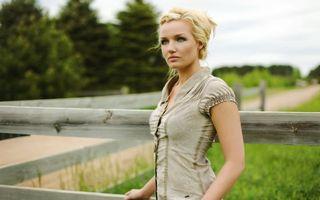 Бесплатные фото девушка,блондинка,забор,дорога,ограждение,природа,девушки
