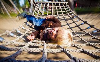 Бесплатные фото ребенок,мальчик,волосы,улыбка,гамак,одежда,фото